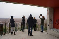 Exkursionsgruppe am Fenster zum Tagebau Welzow