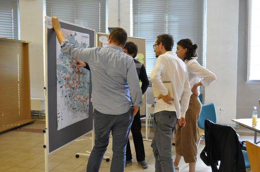 Besprechung eines Raumbild-Entwurfs vor dem Plan