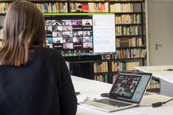 Blick auf die Teilnehmer:innen der Onlinekonferenz