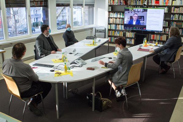 Podiumsdiskussion in der Bibliothek des IÖR mit regionalen Vertreter:innen